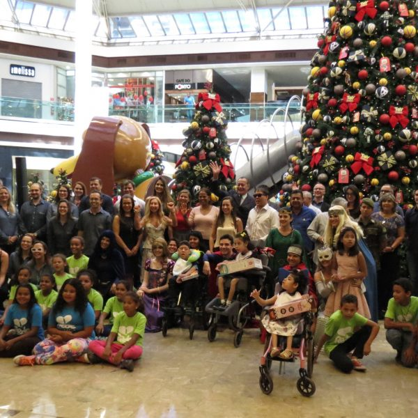 Campanha Compartilhe o Natal realiza entrega simbólica de brinquedos