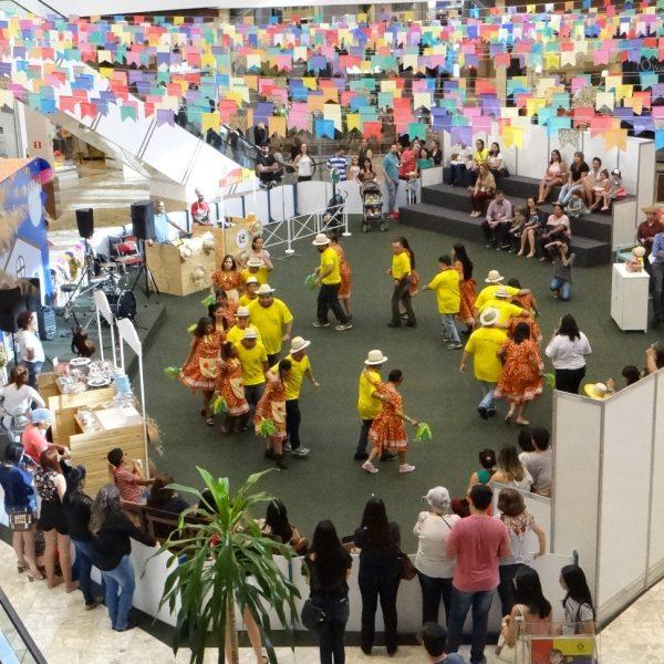 Festa Junina une diversão e solidariedade em Shopping da Capital