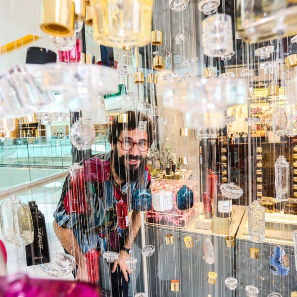 André Mendes transforma embalagens em obra de arte e reforça campanha do Boticário pela reciclagem