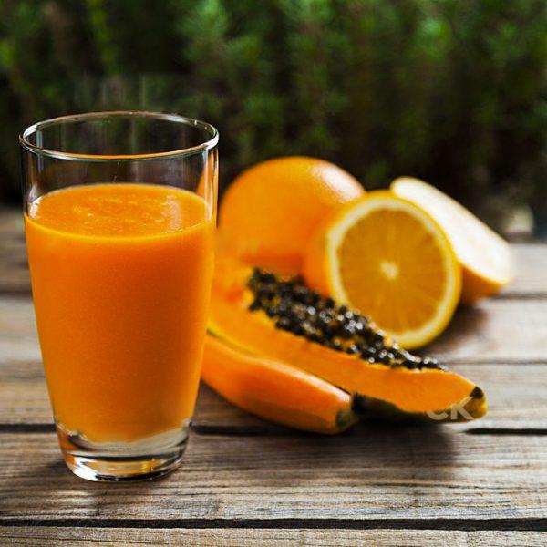Ricos em vitamina C, laranja e mamão ajudam a aumentar defesas do corpo
