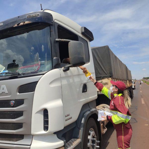 CCR MSVia distribui kits de higienização para caminhoneiros na BR-163/MS em Dourados