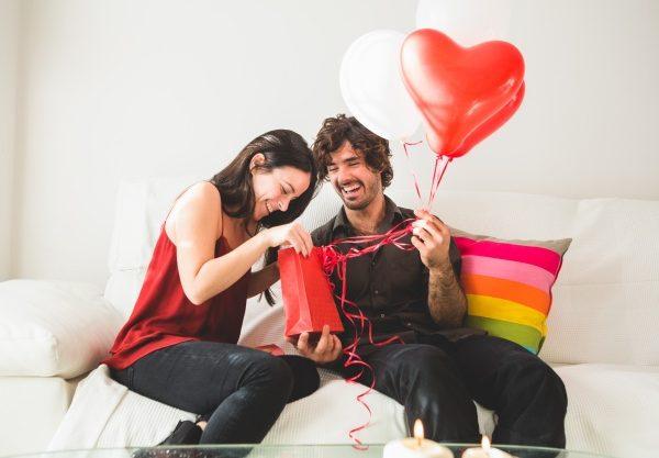 Namorados podem comprar presentes sem sair de casa via WhatsApp