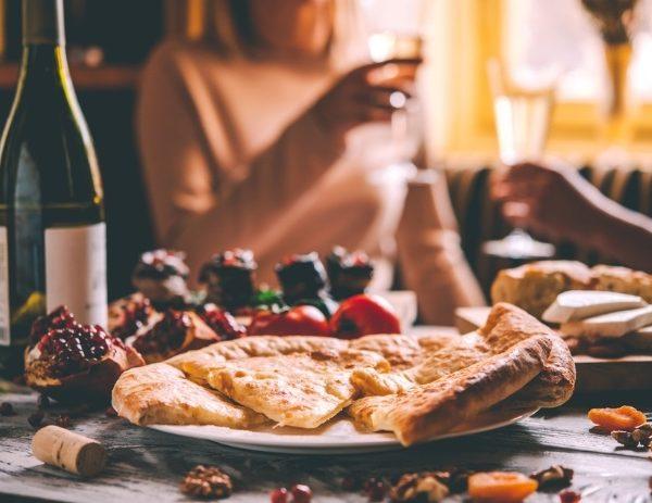 Queijos e vinhos são opções para aproveitar o Dia dos Namorados neste final de semana